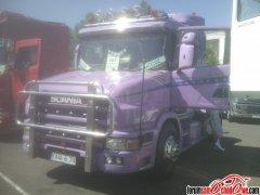 Scania T w różowo fioletowej barwie