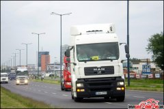 Konwój ciężarówek przez miasto